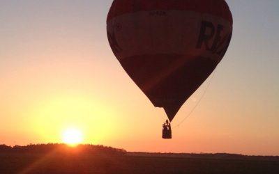Luchtballonvaart met zonsondergang boven Friesland.